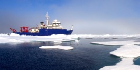 The RV Sikuliaq in Arctic sea ice. © Mark Teckenbrock.
